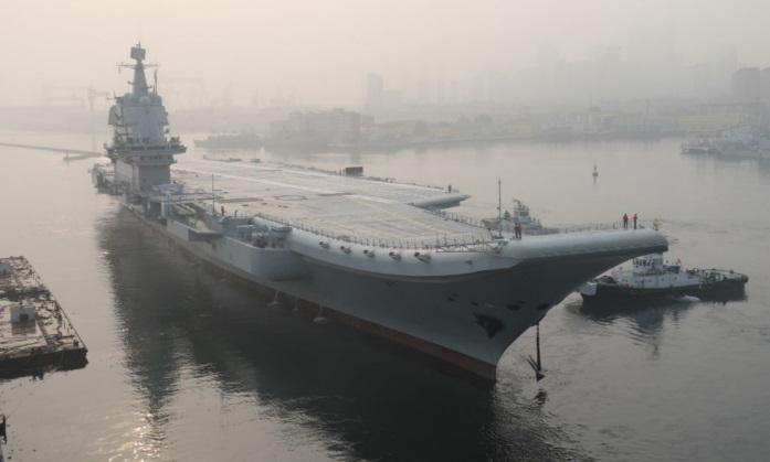 El primer portaaviones de fabricación nacional de China, conocido sólo como 'Tipo 001A', sale de puerto en la ciudad noreste de Dalian, el 13 de mayo de 2018. (-/AFP/Getty Images)