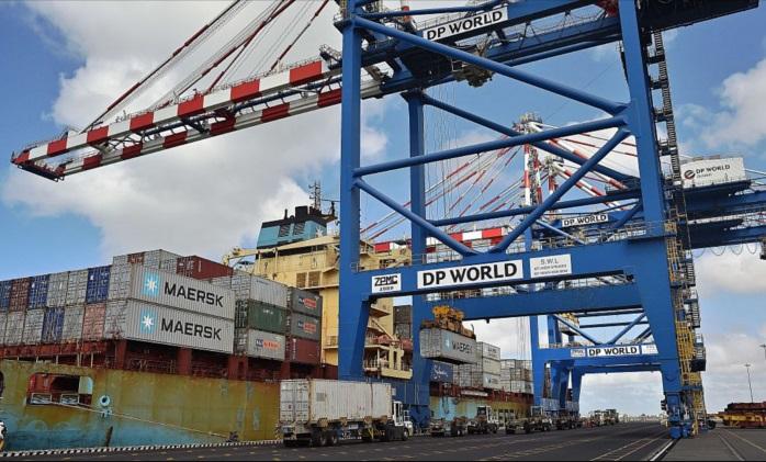 Grúas y camiones se preparan cerca de un buque portacontenedores en el puerto de Doraleh en Djibouti, el 5 de mayo de 2015. (Carl de Souza/AFP/Getty Images)