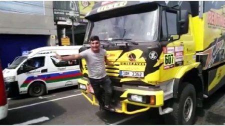 'Se me chispoteó': aficionado quiso tomarse una foto con un camión del Dakar y lo rompió