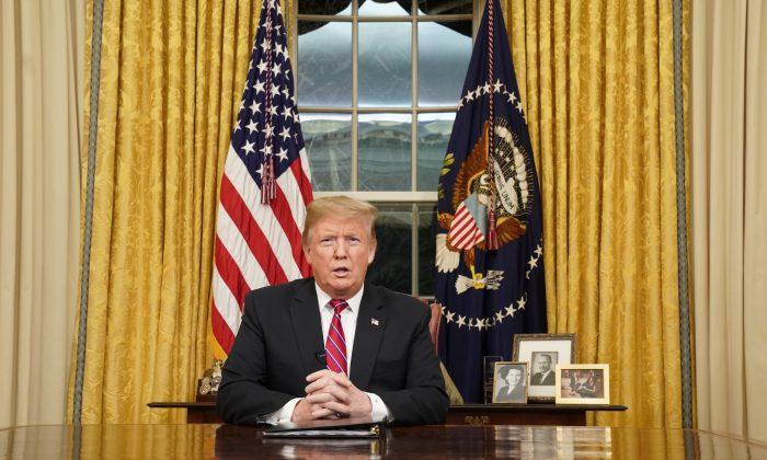 El presidente Donald Trump habla en su primer discurso nacional desde el Salón Oval de la Casa Blanca, el 8 de enero de 2019. (Carlos Barria-Pool/Getty Images)