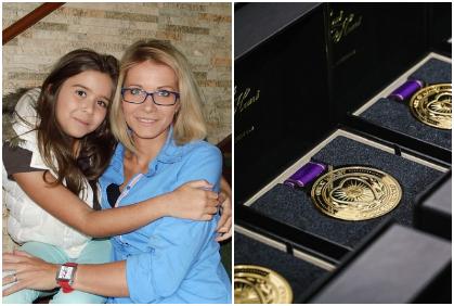 Mamás lloran de emoción al recibir de sus hijos graduados una medalla de honor por su sacrificio