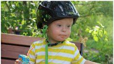 Niño con síndrome de Down se convierte en modelo para demostrar la belleza autentica de su condición