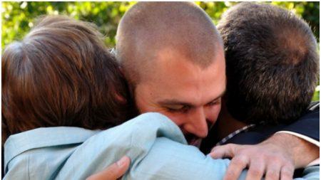Sorprenden en televisión a un veterano de guerra con el emocionante reencuentro con su hijo perdido
