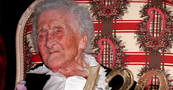 La mujer más anciana del mundo, Jeanne Calment, de Francia, celebra su 120º cumpleaños el 21 de febrero en un asilo de ancianos de Arles, Francia. (Crédito de BORIS HORVAT/AFP/Getty Images)