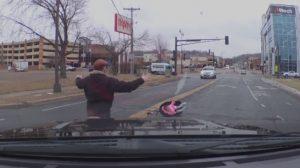Bebé sale disparada del auto en una carretera muy transitada sin que su mamá se dé cuenta