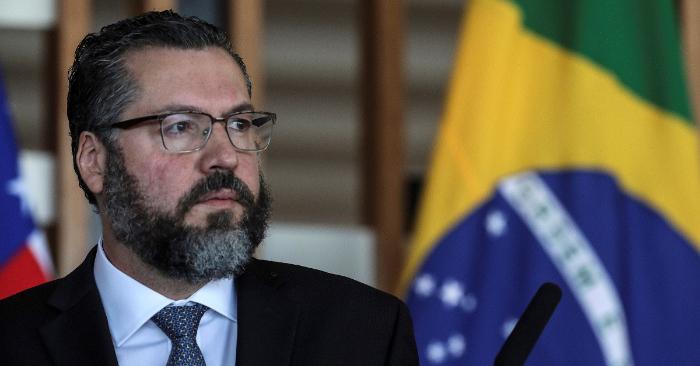 El canciller brasileño, Ernesto Araújo, durante la rueda de prensa conjunta con el secretario de Estado de EE.UU., Mike Pompeo hoy en el Ministerio de Relaciones Exteriores, en Brasilia. EFE