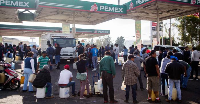 La gente hace cola para comprar gasolina en una estación de servicio en Morelia, Estado de Michoacán, el 7 de enero de 2019. (Foto de ENRIQUE CASTRO/AFP/Getty Images)