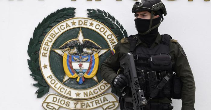 Las fuerzas de seguridad vigilan la escuela de adiestramiento de cadetes de la policía en Bogotá, donde la explosión de un coche bomba de la guerrilla del ELN dejó por lo menos 21 muertos y 68 heridos, el 17 de enero de 2019. (JUAN BARRETO/AFP/Getty Images)
