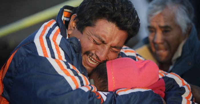 Familiares de una víctima lloran al reconocer el cuerpo luego de una explosión en un oleoducto de la empresa petrolera mexicana PEMEX el 19 de enero de 2019 en Tlahuelilpan, México. (Foto de Hector Vivas/Getty Images)