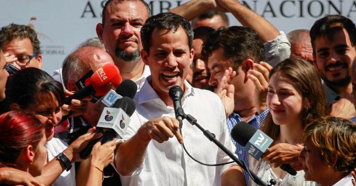 En la imagen, el presidente de interino de Venezuela, Juan Guaidó (c). EFE/Archivo