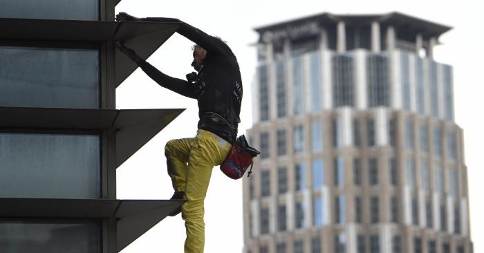 """El escalador urbano francés Alain Robert, conocido popularmente como el """"Hombre Araña Francés"""", aparece en la foto al lado de la Torre GT de 47 pisos en el distrito financiero de Makati, en Manila, el 29 de enero de 2019. (Foto de TED ALJIBE/AFP/Getty Images)"""