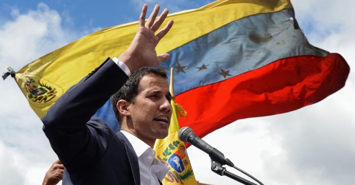 Juan Guaidó, habla a la multitud durante una manifestación en la cual asumió como presidente interino de Venezuela en Caracas el 23 de enero de 2019. (Foto de Federico PARRA / AFP) (El crédito de la foto debe leer FEDERICO PARRA/AFP/Getty Images)