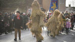 El tradicional festival del 'Oso de Paja' atrae a multitudes en el centro de Inglaterra