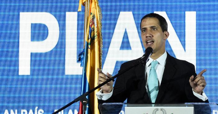 Juan Guaidó, presidente (E) de Venezuela, presenta el plan de su gobierno en el auditorio de la Universidad Central de Venezuela (UCV) en Caracas el 31 de enero de 2019. (Foto de FEDERICO PARRA/AFP/Getty Images)