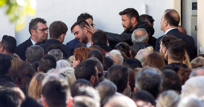 José Roselló (c), el padre de Julen, el niño de 2 años que cayó a un profundo y estrecho pozo el 13 de enero en Totalán (Málaga), y que fue rescatado este sábado sin vida, aguarda en el tanatorio de la barriada malagueña de El Palo el entierro del pequeño. EFE/Daniel Pérez