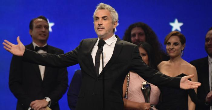 Alfonso Cuarón recibe el premio a la Mejor Película por 'Roma' en el escenario durante la 24ª edición de los Critics' Choice Awards en Barker Hangar, el 13 de enero de 2019, en Santa Mónica, California. (Foto de Matt Winkelmeyer/Getty Images
