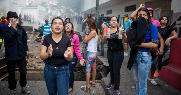 Militares venezolanos se rebelan contra Maduro en Caracas y el pueblo sale a apoyarlos