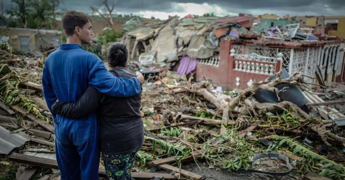 Residentes del barrio de Regla, asolado por un tornado, se paran frente a su casa destruida, en La Habana, el 28 de enero de 2019. (Foto de ADALBERTO ROQUE/AFP/Getty Images)
