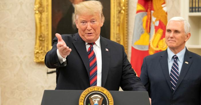 El presidente de Estados Unidos, Donald J. Trump, pronuncia un discurso durante una ceremonia de naturalización en la Oficina Oval de la Casa Blanca en Washington, DC, el sábado 19 de enero de 2019. (Foto de Ron Sachs-Pool/Getty Images)