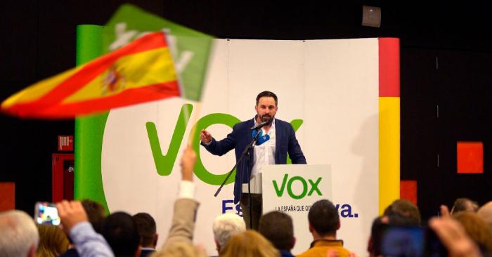 Santiago Abascal, líder del partido español VOX, pronuncia un discurso durante una reunión de campaña previa a las elecciones regionales en Andalucía, el 26 de noviembre de 2018 en Granada (Foto de CRISTINA QUICLER/AFP/Getty Images)