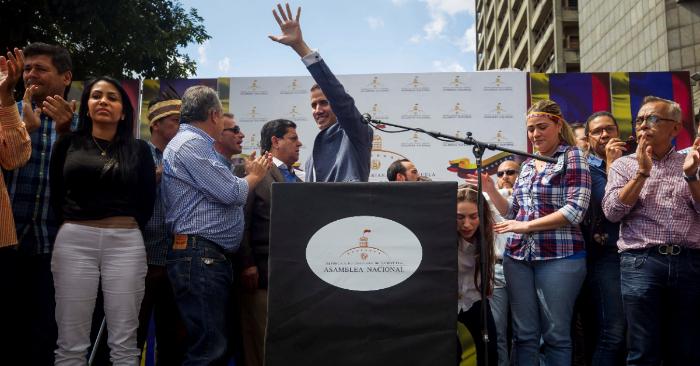 Guaidó ve la próxima movilización como un llamado a la acción para desalojar a Maduro. El presidente de la Asamblea Nacional de Venezuela (AN, Parlamento), el opositor Juan Guaidó (c), participa en una concentración de opositores al Gobierno. EFE
