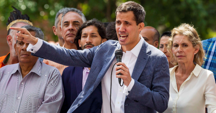 """El presidente de la Asamblea Nacional de Venezuela (AN, Parlamento), Juan Guaidó (c), participa en un cabildo abeierto hoy, en el este de Caracas (Venezuela), para denunciar la """"ilegitimidad"""" de Nicolás Maduro como presidente del país, y para lograr la conformación efectiva del Gobierno de transición. (EFE/Miguel Gutiérrez)"""