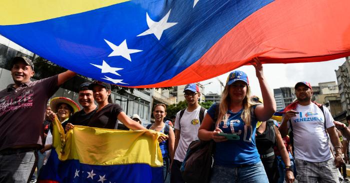 Manifestantes en Caracas participan en una marcha convocada por la Asamblea Nacional contra la usurpación de Nicolás Maduro, en el aniversario del levantamiento de 1958 que derrocó a la dictadura militar en Caracas el 23 de enero de 2019. - (Crédito de FEDERICO PARRA/AFP/Getty Images)