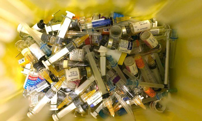 Un contenedor utilizado para desechos clínicos en una clínica privada que realiza vacunaciones en Hong Kong, el 24 de julio de 2018. (ANTHONY WALLACE/AFP/Getty Images)