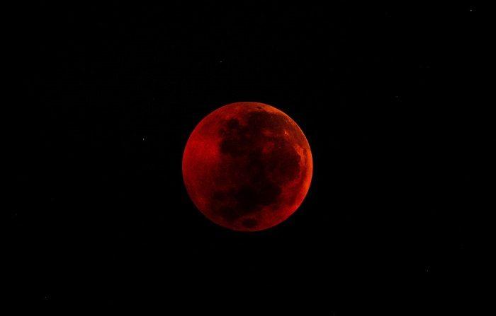 Una vista de la luna llena durante un eclipse de'luna de sangre' el 28 de julio de 2018 en Yogyakarta, Indonesia. Los astrónomos vieron el eclipse lunar total del viernes, que fue la luna de sangre más larga visible en este siglo, hasta 2021.  (Foto de Ulet Ifansasti/Getty Images)