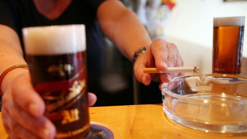 Beber alcohol y fumar incrementa el riesgo de sufrir cáncer de esófago. AFP PHOTO PATRIK STOLLARZ (El crédito de la foto debe leer PATRIK STOLLARZ/AFP/Getty Images)(Photo credit should read PATRIK STOLLARZ/AFP/Getty Images)