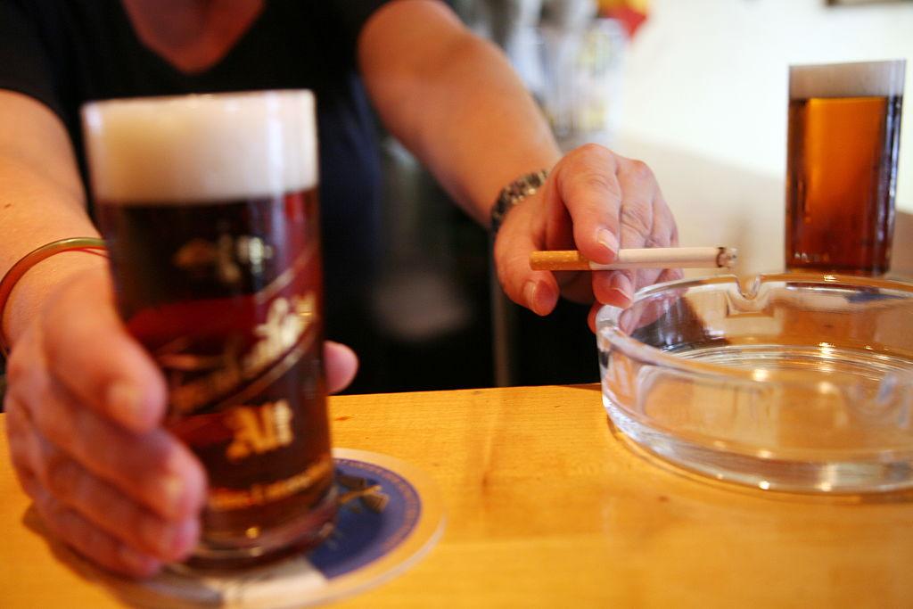 Beber alcohol y fumar incrementa el riesgo de sufrir cáncer de ...