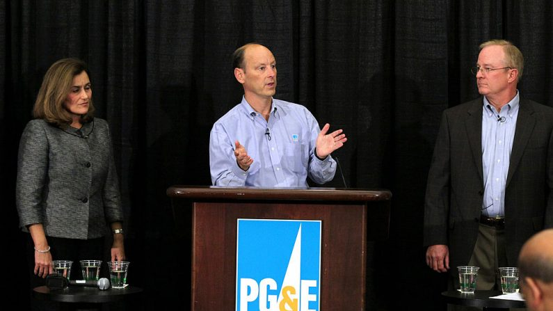 El presidente de Pacific Gas & Electric (PG&E), Chris Johns (C), habla durante una conferencia de prensa mientras Geisha Williams (L) y Peter Darbee (R), vicepresidente senior de entrega de energía de PG&E, observan las oficinas centrales de la compañía el 20 de septiembre de 2010 en San Francisco, California. PG&E anunció que publicará una lista de las 100 líneas de transmisión de gas más vulnerables en el centro y norte de California después de la mortífera explosión del gasoducto que mató a cuatro personas en San Bruno, California, el 9 de septiembre. (Foto de Justin Sullivan/Getty Images)  Traducción realizada con el traductor www.DeepL.com/Translator.  (Photo by Justin Sullivan/Getty Images)