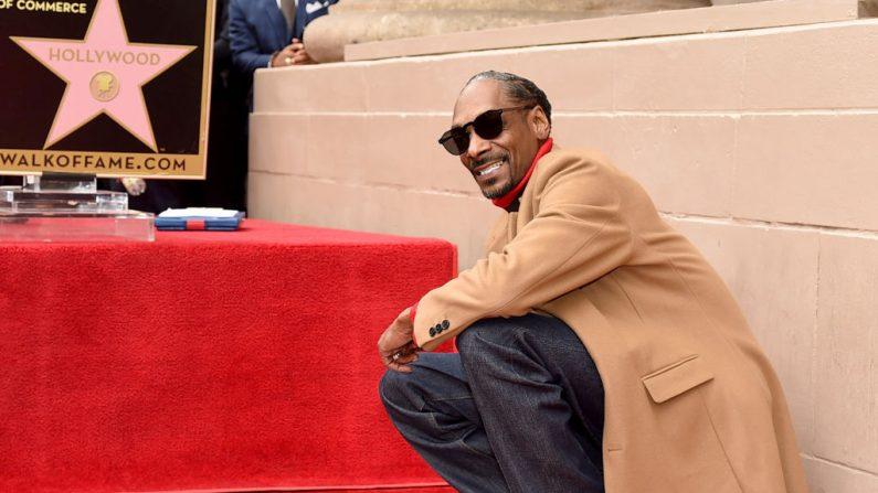 Snoop Dogg es honrado con una estrella en el Paseo de la Fama de Hollywood en Hollywood Boulevard en Los Ángeles, California. (Foto de Kevin Winter/Getty Images)
