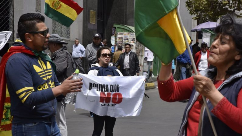 Una mujer sostiene un cartel que dice 'Bolivia dijo No' durante una marcha en contra de la nominación del presidente boliviano Evo Morales como candidato a la reelección para las elecciones de octubre de 2019, durante un paro nacional, en La Paz, el 6 de diciembre de 2018. (Foto de AIZAR RALDES/AFP/Getty Images)