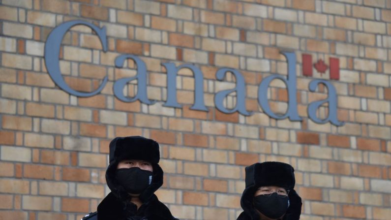 Oficiales de policía chinos hacen guardia frente a la embajada canadiense en Beijing, el 10 de diciembre de 2018. (GREG BAKER/AFP/Getty Images)