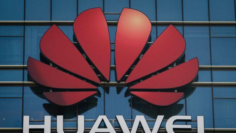 El logotipo de Huawei en un edificio de oficinas de la compañía de telecomunicaciones en Dongguan, en la provincia de Guangdong, al sur de China, el 18 de diciembre de 2018. (NICOLAS ASFOURI/AFP/Getty Images)