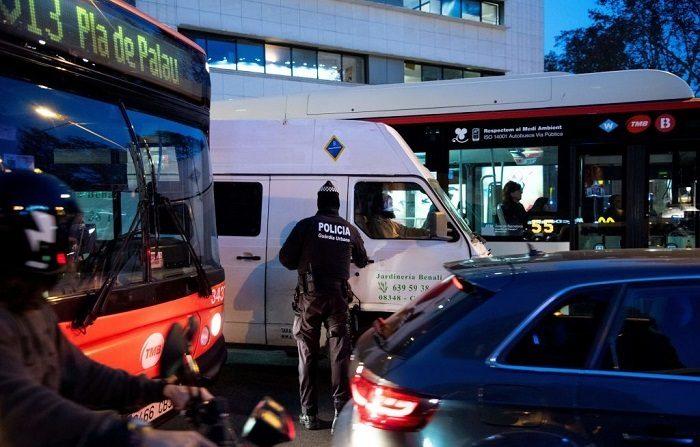 La policía de la Guardia Urbana controla automovilistas y detienen a un conductor tras dar positivo en todas las drogas detectables en España. (Foto de Josep LAGO/AFP) (El crédito de la foto debe ser JOSEP LAGO/AFP/Getty Images)