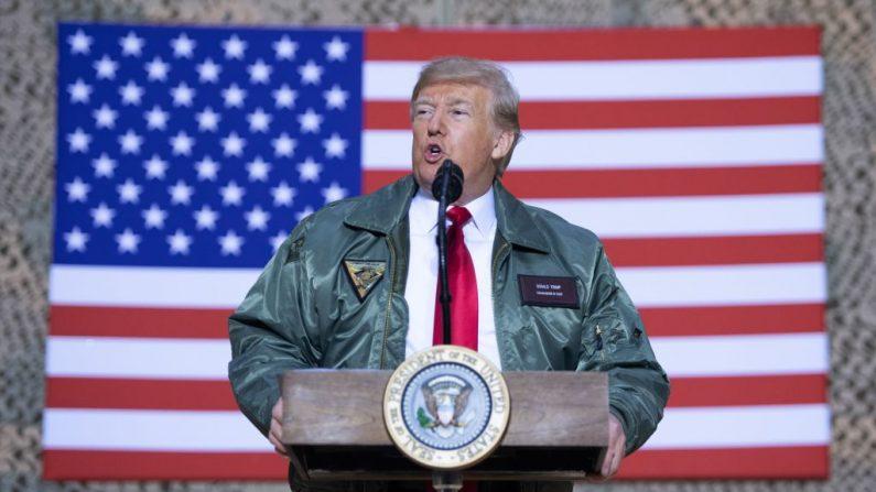 El presidente Donald Trump habla con miembros del ejército de Estados Unidos durante un viaje no anunciado a la Base Aérea Al Asad en Irak, el 26 de diciembre de 2018. (Saul Loeb/AFP/Getty Images)