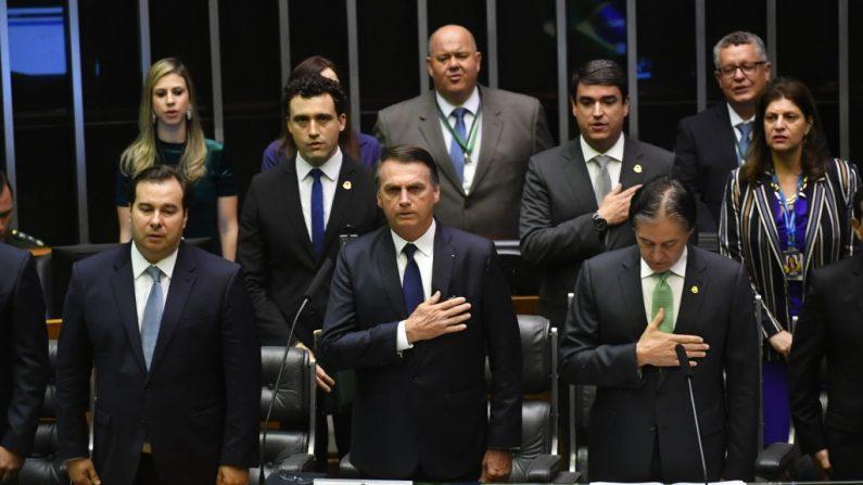El presidente electo de Brasil, Jair Bolsonaro (C), escucha el himno nacional en el Congreso antes de prestar juramento como nuevo presidente de Brasil, en Brasilia, el 1 de enero de 2019. (NELSON ALMEIDA/AFP/Getty Images)