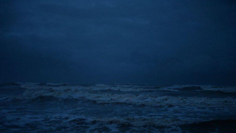 Esta foto tomada el 3 de enero de 2019 muestra altas olas debido a la tormenta tropical Pabuk frente a la costa de la provincia de Narathiwat, en el sur de Tailandia. - Los turistas que se encontraban en islas tailandesas quedaron varados cuando la tormenta tropical Pabuk se acercó más, lo que obligó a los aeropuertos y ferris a cerrar, y trajo aguaceros y mares masivos, horas antes de su llegada a la tierra. (MADAREE TOHLALA/AFP/Getty Images)