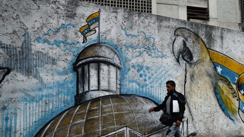 Un hombre pasa junto a un mural que representa el edificio de la Asamblea Nacional en Caracas, el 4 de enero de 2019. (FEDERICO PARRA/AFP/Getty Images)