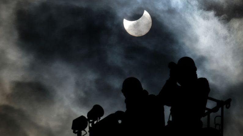 Eclipse solar parcial se observa en Tokio el 6 de enero de 2019. (KAZUHIRO NOGI/AFP/Getty Images)