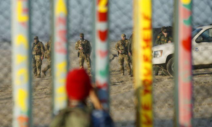 Agentes de la Patrulla Fronteriza, del otro lado del muro fronterizo México-Estados Unidos, el 6 de enero de 2019 en Tijuana, México. (Sandy Huffaker/Getty Images)