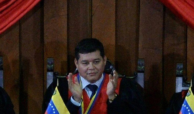 Esta foto tomada el 14 de febrero de 2018 muestra al exmagistrado venezolano Christian Zerpa (C) durante una ceremonia para marcar el inicio del año judicial en el Tribunal Supremo de Caracas. Christian Zerpa se exilió en Estados Unidos, para no convalidar el segundo mandato del presidente Nicolás Maduro. (FEDERICO PARRA/AFP/Getty Images)