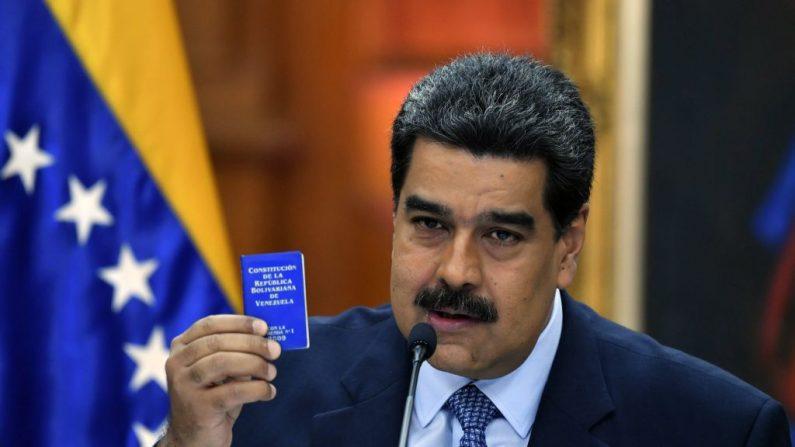 Nicolás Maduro muestra la Constitución durante una conferencia de prensa en el palacio presidencial de Miraflores en Caracas, Venezuela, el 9 de enero de 2018. (YURI CORTEZ/AFP/Getty Images)