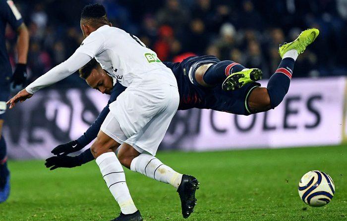 Neymar vuela después que Moataz Zemzemi, le da dos patadas en 3 segundos (Photo by Anne-Christine POUJOULAT / AFP) (Photo credit should read ANNE-CHRISTINE POUJOULAT/AFP/Getty Images)