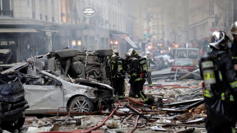 Los bomberos intervienen en medio de los escombros tras la explosión de una panadería en la esquina de las calles Saint-Cecile y Rue de Trevise en el centro de París el 12 de enero de 2019. (THOMAS SAMSON/AFP/Getty Images)