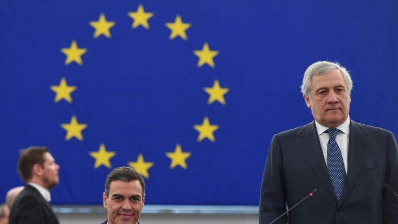 El presidente del Gobierno español, Pedro Sánchez (izq.), se sienta junto al presidente del Parlamento Europeo, Antonio Tajani, durante una sesión plenaria en el Parlamento Europeo el 16 de enero de 2019 en Estrasburgo, al este de Francia. (FREDERICK FLORIN/AFP/Getty Images)