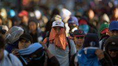 Migrantes de la nueva caravana enfrentan y hieren a 4 policías en frontera de Guatemala