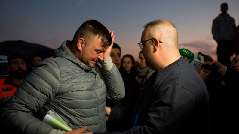 José Rosello, padre de Julen que se cayó en un pozo, llora mientras continúan los esfuerzos de rescate para encontrar al niño en Totalan, en el sur de España, el 16 de enero de 2019. (JORGE GUERRERO / AFP / Getty Images)